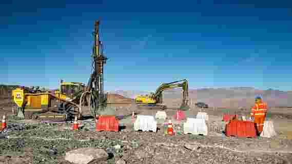 工程师在巨型Magellan望远镜网站上开始挖掘