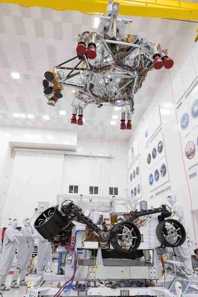 美国宇航局工程师和技术人员测试火星2020流浪者血统阶段分离