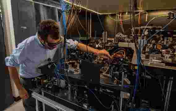 下一代原子钟设计具有激光'镊子的控制